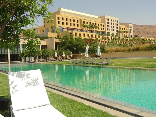 Kempinski Hotel Ishtar Dead Sea : Piscina exterior del Anantara Spa y edificio principal del hotel
