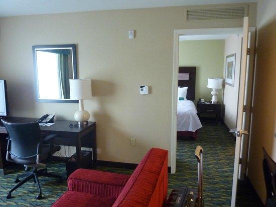 Homewood Suites by Hilton Orlando Airport: Chambre vue depuis le salon