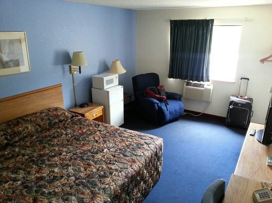 Super 8 Hot Springs : King size room. Basic style.