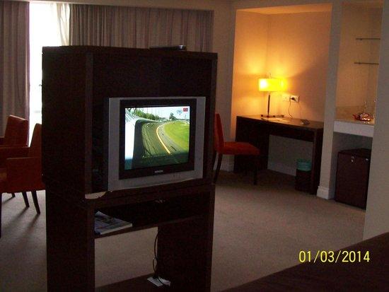 Hotel Vista Suites Spa & Golf: amplia con todo lo que se necesita, escritorio, kichenet sillones, etc.