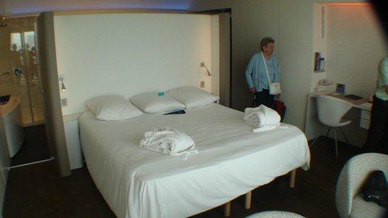 Hotel Oceania Saint Malo: Kingsizebed met badjassen en pantoffels