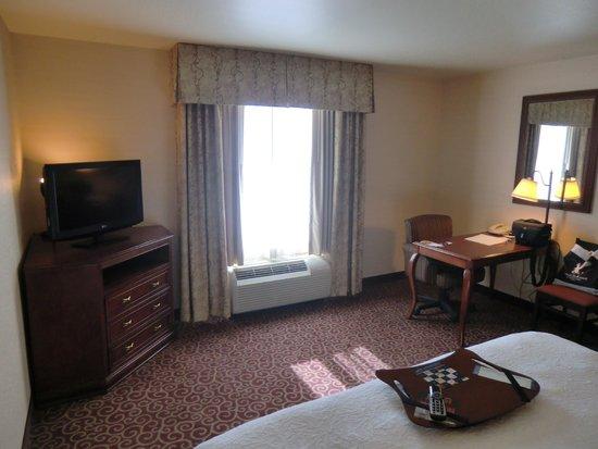 Hampton Inn and Suites Kingman : Zimmer mit Schreibtisch
