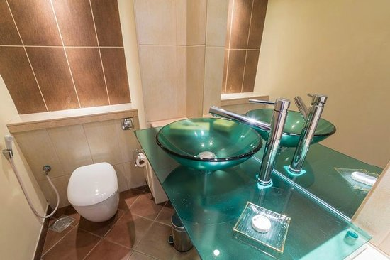 Grand Midwest Tower Hotel & Hotel Apartments: 3rd toilet in the apartment