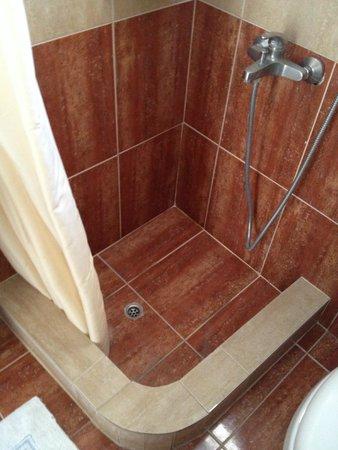 Evgenia Villas & Suites: Banheiro do primeiro quarto que ficamos