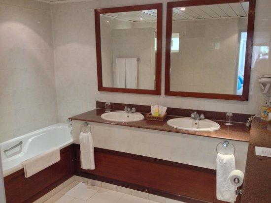 Merville Beach Hotel: bathroom