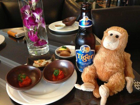 Le Meridien Kota Kinabalu: ホテル内のラウンジではアルコールや飲料、軽食が飲み放題食べ放題
