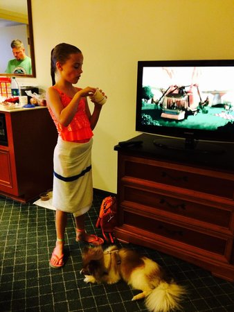 La Quinta Inn & Suites Madison American Center: Enjoying snacks after pool time.