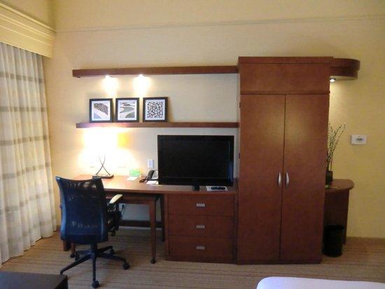 Courtyard Flagstaff: Schreibtisch und Fernseher