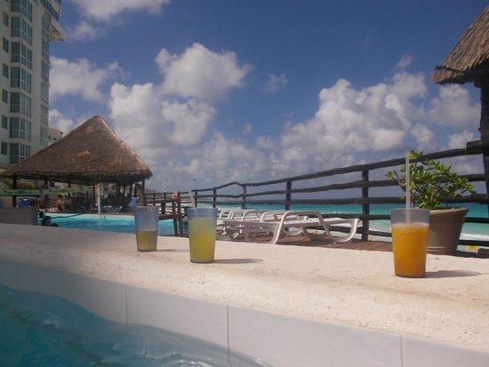 Oleo Cancun Playa: Drinks by the Pool