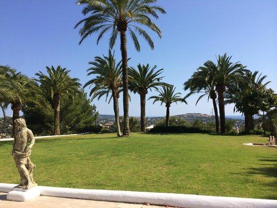 Maritim Hotel Galatzo : lawn view from hotel