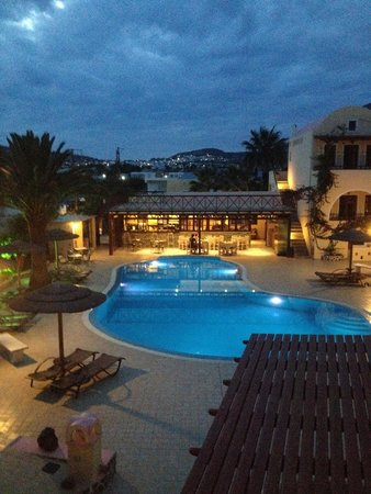 Smaragdi Hotel: The pool area at night