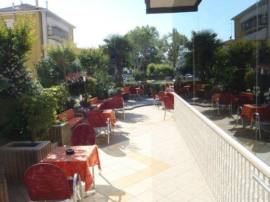 Hotel Conti: Terrasse vor Hotel
