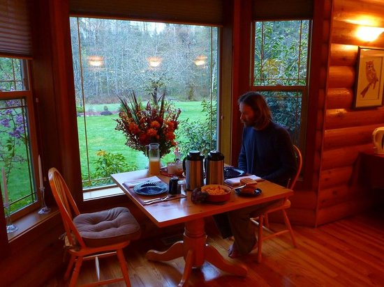 Cowichan River Wilderness Lodge: A hearty, delicious, homemade breakfast set us up well for the day