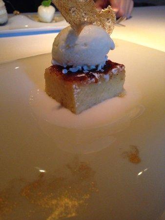 La Finca: Brioche caramelizado al momento con azucar de vainilla, helado de yogurt griego y sopa de coco