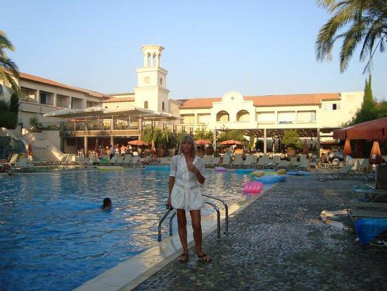 Napa Plaza Hotel: У бассейна отеля