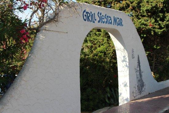Siesta Grill: Eingang zum Garten