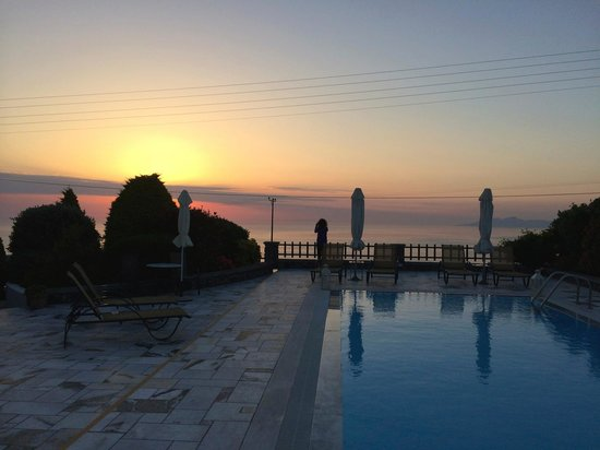 Anthonas Apartments: Sunrise over the pool