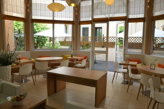 Citadines Cannes Carnot: Frühstücksbereich dahinter d. Innenhof