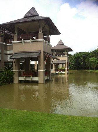 Le Meridien Chiang Rai Resort: Waterpartij rond het hotel