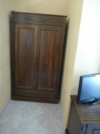 Hotel Gresi: The closet