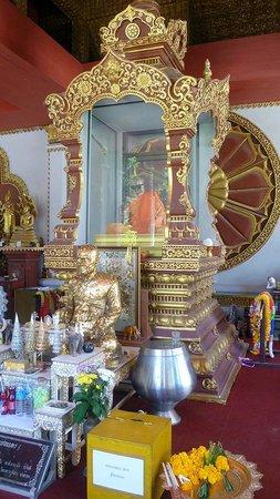 Wat Khunaram (Mummified Monk): altare per le offerte , mummia del monaco nella tecla