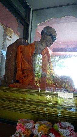 Wat Khunaram (Mummified Monk): il corpo mummificato del monaco nella tecla