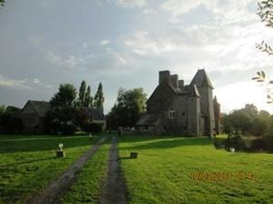 Le Hommet-d'Arthenay, France : Drive up to Castle