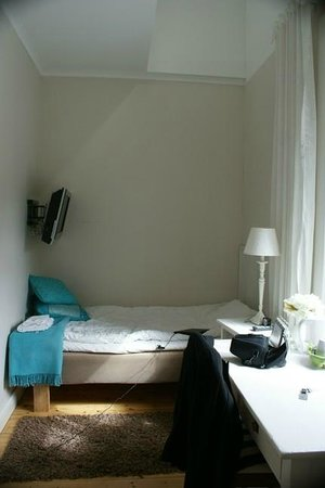 Hotell Pilen: This a single room with bathroom in one of the red buildings.