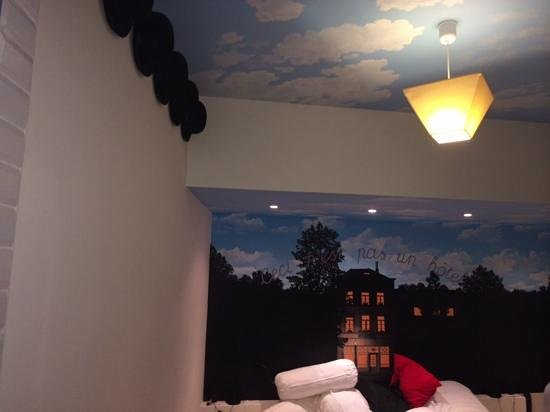 Brussels Welcome Hotel : parents room with magritte style