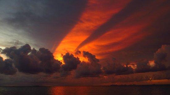 Happy Life Maldives Lodge : Dhiffushi sunset
