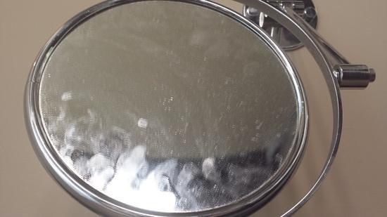 Hotel SERHS Rivoli Rambla: espejo sucio, nunca fue limpiado durante nuestra estancia