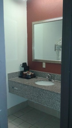 Waterfront Hotel and Conference Center: BATHROOM