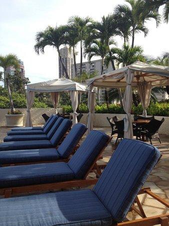 Luana Waikiki Hotel & Suites: プールサイドのベッドは最高です。