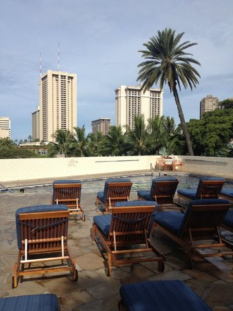 Luana Waikiki Hotel & Suites: 隣にバーベキューエリアがあります。