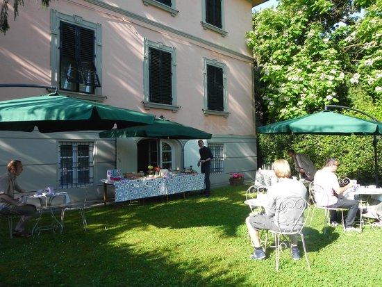 Villa Agnese B&B: Desayuno en el Jardin