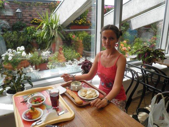 Puzata Hata : Одна из самых уютных хат. Знакомая уже на диете, а всё ещё откармливаюсь. Зелёный борщ.