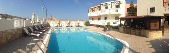 Arkasa Bay Hotel: Hotel außen mit Pool