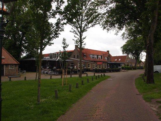 Hotel Nobel Ameland : Hotel vanaf de straat.
