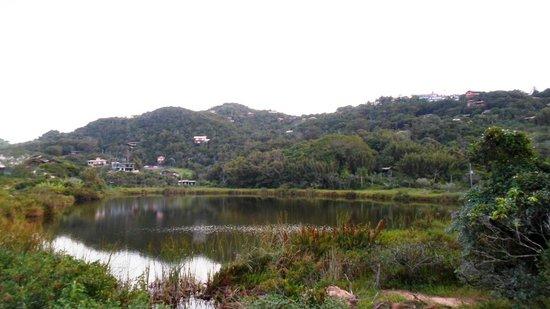 Meio Lake: lagoa do Meio e as pousadas na encosta