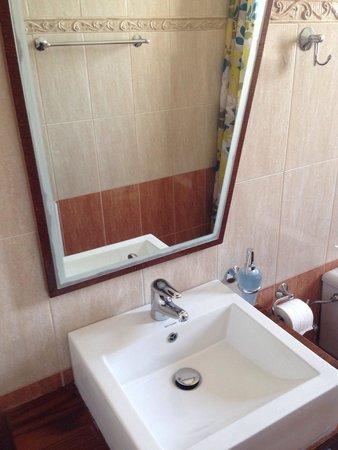 Arkasa Bay Hotel: Badezimmer, Klein Und Zweckmäßig, Immer Sauber