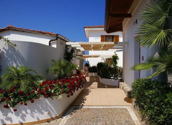 Veraclub Scoglio della Galea Resort &spa: Территория отеля,рядом со спа и ресепшен