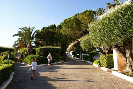 Veraclub Scoglio della Galea Resort &spa: Территория отеля,спуск к морю