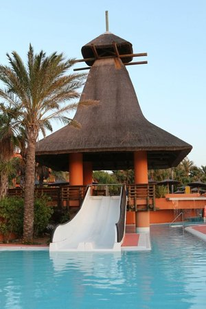 Royal Hideaway Sancti Petri, part of Barcelo Hotel Group: Toboganes en la zona infantil de la piscina