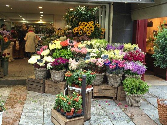 Hotel du Cadran Tour Eiffel : Flower market around corner from hotel