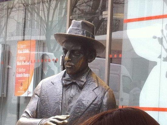 Hotel Borges Chiado: Beroemd standbeeld voor de deur