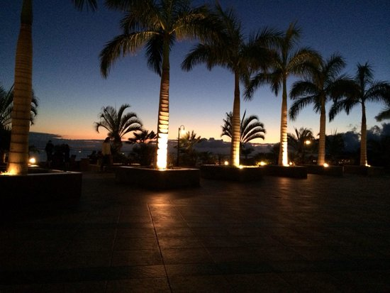 Holiday Village Tenerife: Quiet bar in the evening, beautiful!
