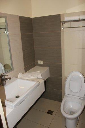 Go Hotels Puerto Princesa: Bathroom