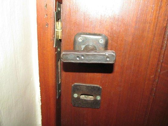 Casa de Adobe : La habitacion solo se podia cerrar con 2 vueltas de llave...!