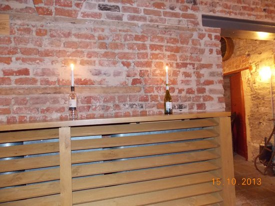 Farnham Estate Spa and Golf Resort: Ambiance at the cellar bar.