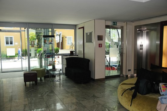 Leonardo Hotel & Residence München: Rezeption/Lobby